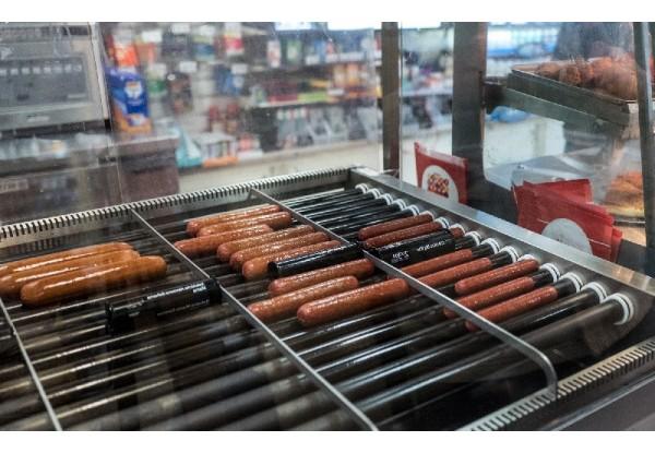 Вкусные хот-доги гарантирует роликовый гриль